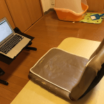 座椅子でノートパソコンを使う時は折りたたみPCデスクがオススメ