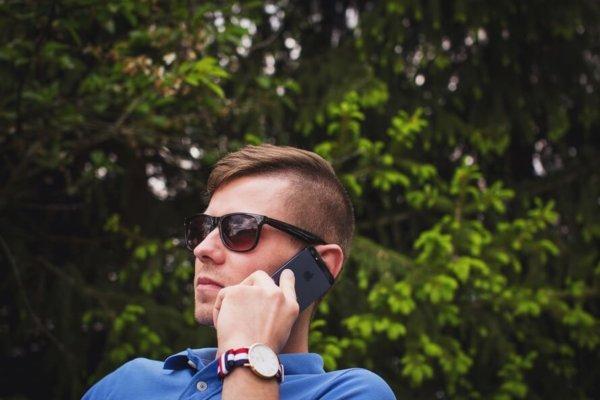 通話する外国人男性