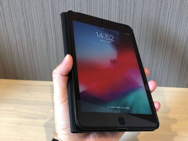iPadmini5片手で持つ